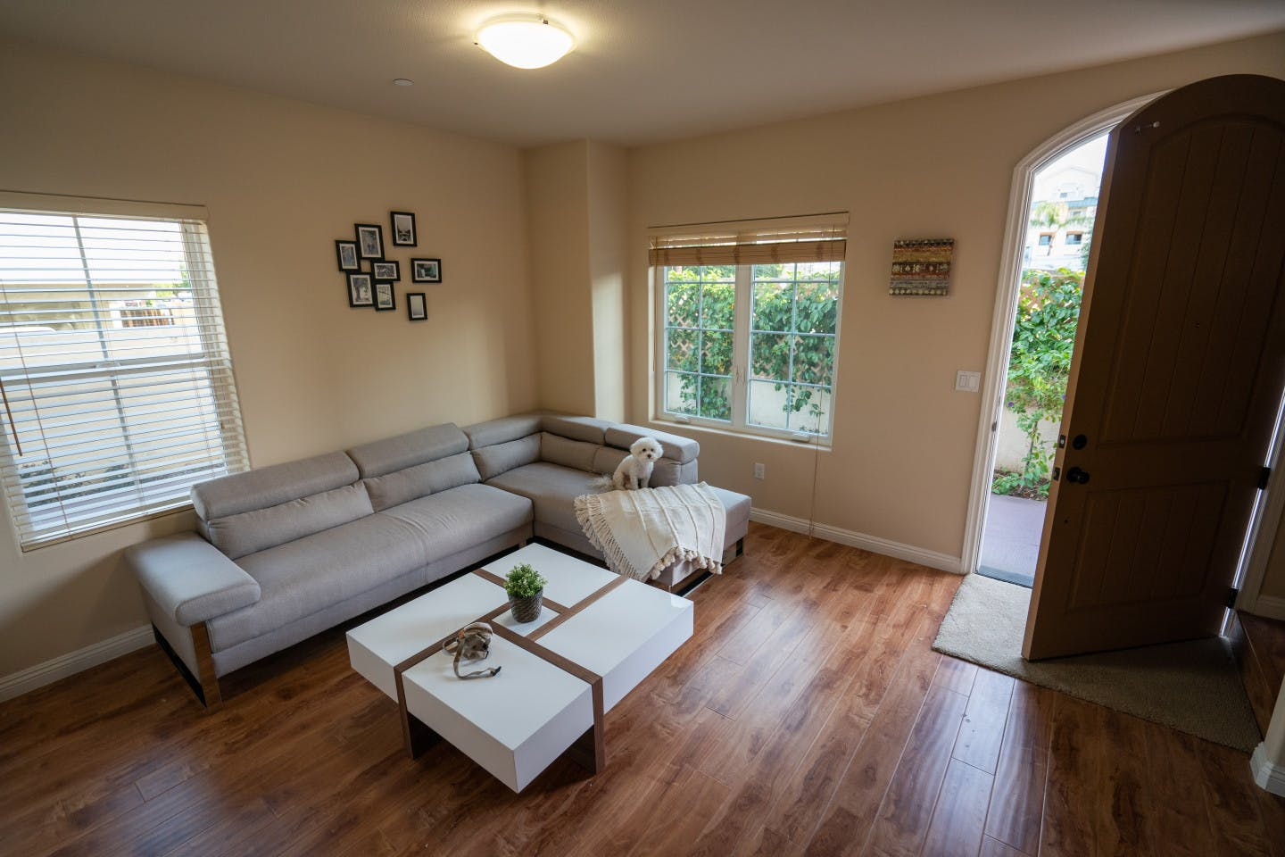 2 Residents   Howard St. - Alhambra   Cozy Urban Studio - Incl. Workspace + Lounge Area