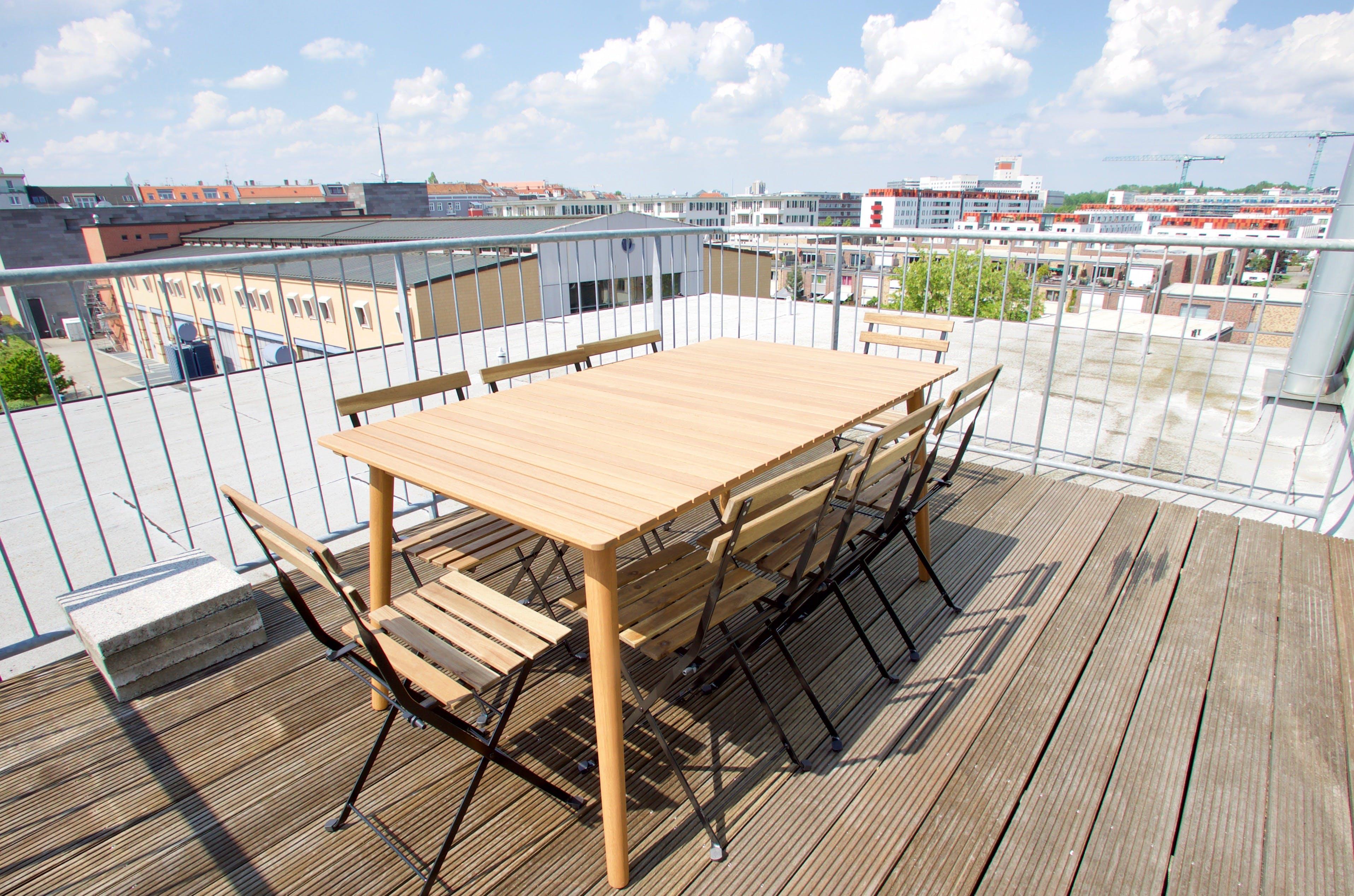 Renovated Urban Apt   - Incl. Workspace + Rooftop Deck