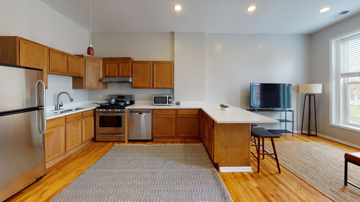 5 Residents | Pilsen | Charming Classic Apt. w/ Outdoor Area
