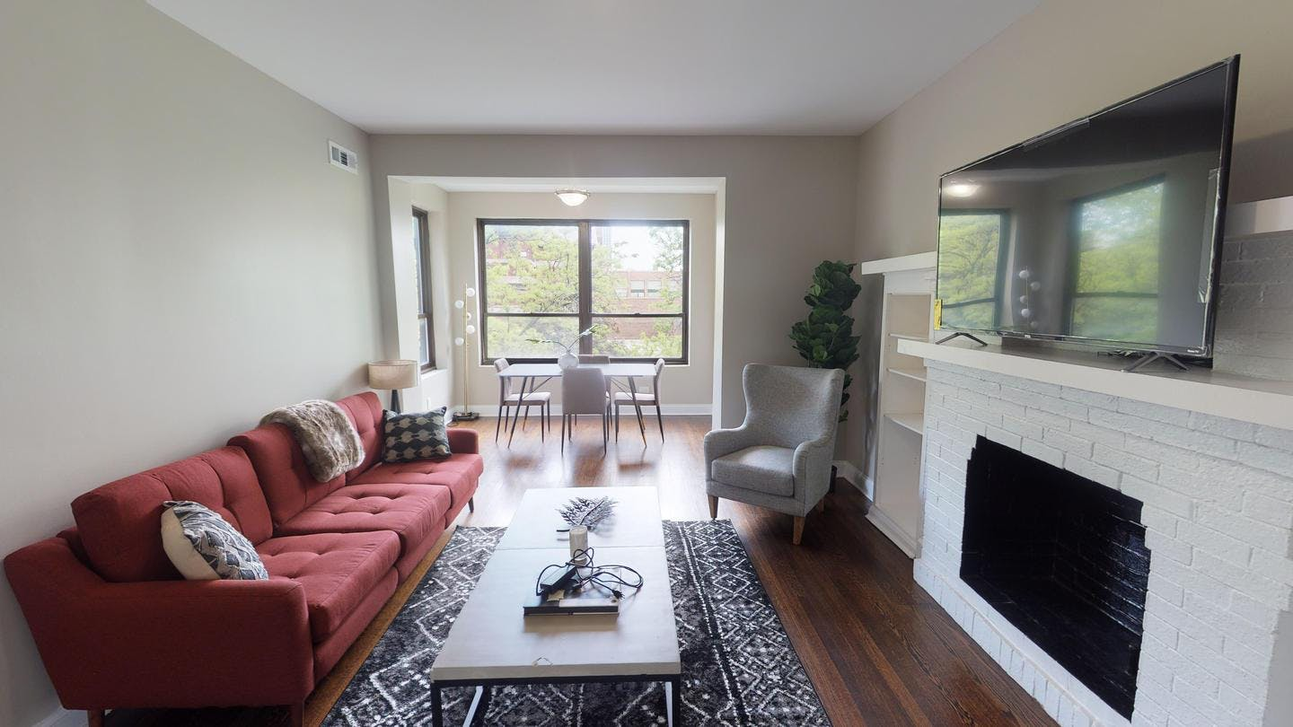 4 Residents | Pine Grove Ave. - Lake View East | Exclusive Renovated Classic Apt. w/ Workspace + Outdoor Area