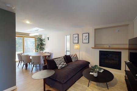 Comfortable Stylish House - Incl. Backyard