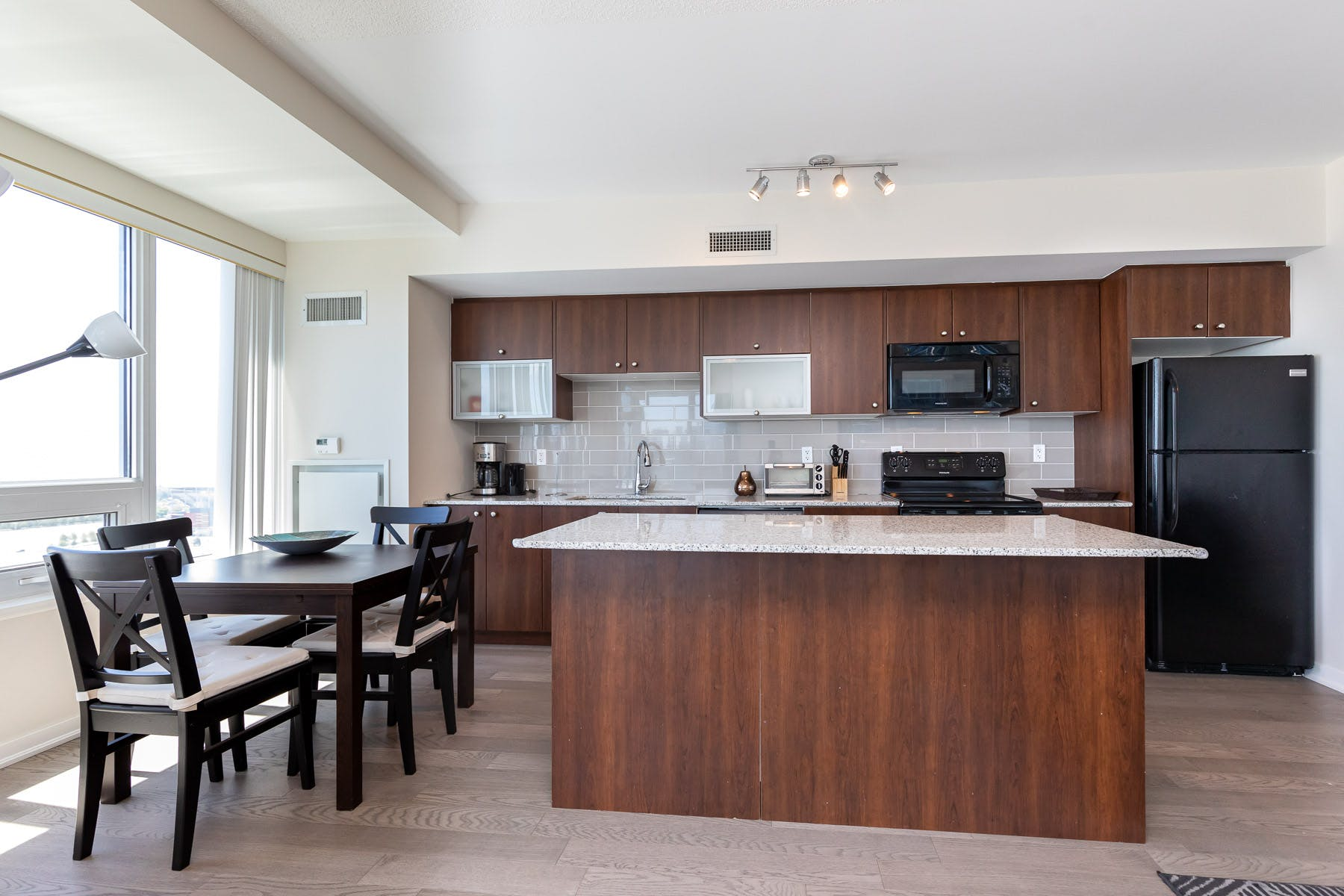 Upscale Apt. Overlooking the City  - Incl. Pool + Gym