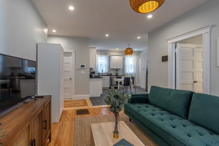 3 Residents | North End | Classic & Modern Apt.