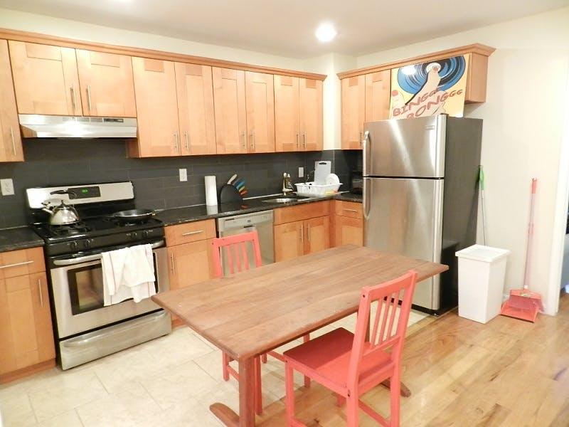 4 Residents   Jefferson Ave. - Bushwick   Cozy & Comfortable Apt. - Incl. Workspace + Backyard