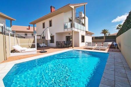 Stunning Oceanic Villa w/ Terrace + Pool