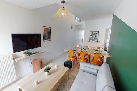 9 Residents   Nanterre   Cozy Spacious Apt. w/ Terrace